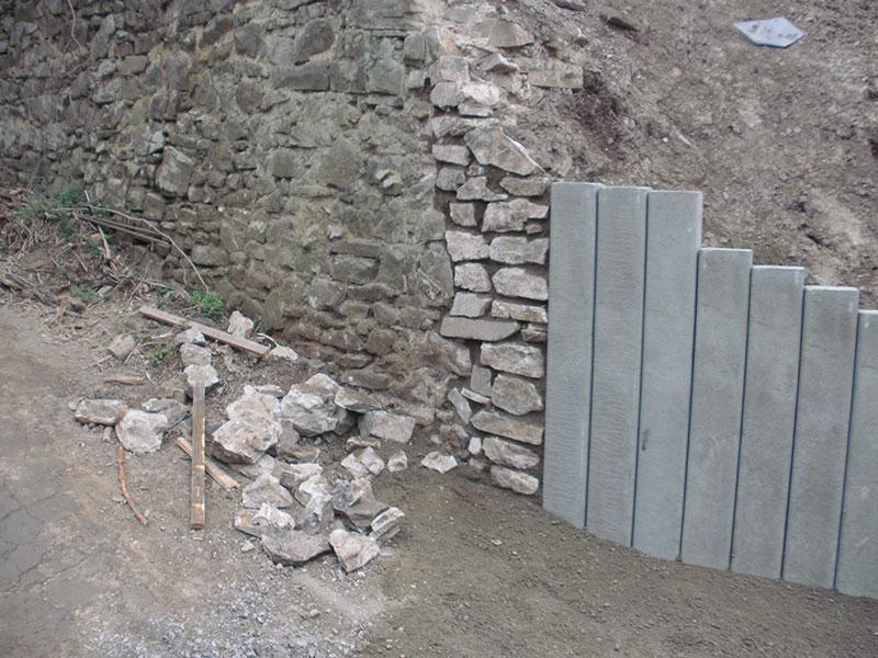 angrenzende-Bruchsteinmauer